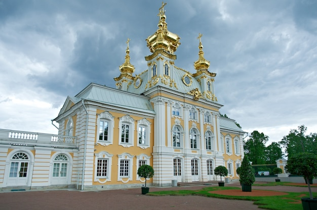 Palais de peterhof. église des saints pierre et paulsaint-pétersbourg, russie - 3 juin 2015