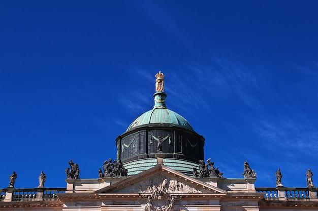 Le palais de potsdam d'époque ferme berlin en allemagne