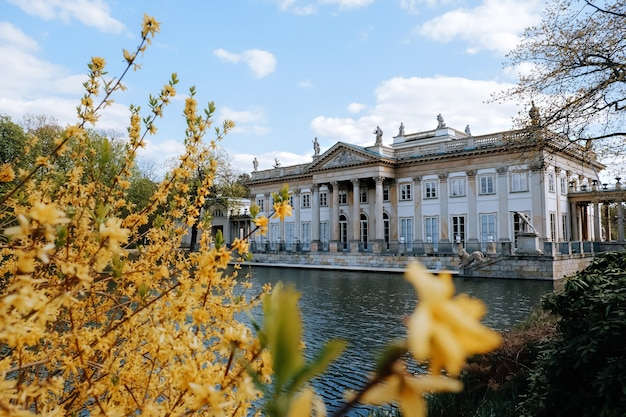 Palais royal sur l'eau dans le parc lazienki, varsovie