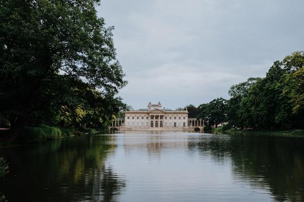 Palais royal sur l'eau dans le parc lazienki