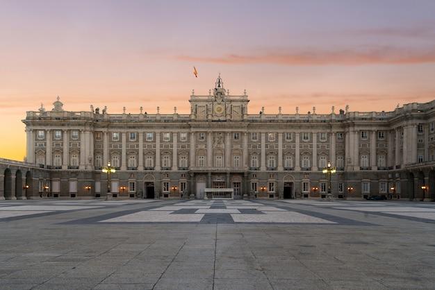 Palais royal de madrid dans une belle journée d'été au coucher du soleil à madrid, en espagne.
