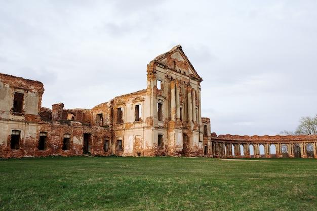 Palais en ruine de sapieha dans l'ouest de la biélorussie