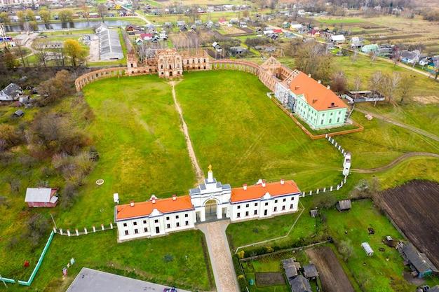 Palais ruzhansky et les ruines de la façade d'un bâtiment en ruine abandonné d'un ancien château du 18ème siècle.bélarus.