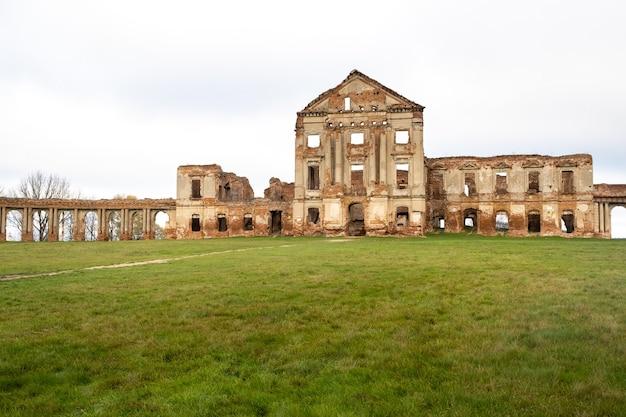 Palais ruzhansky et les ruines de la façade d'un bâtiment en ruine abandonné d'un ancien château du 18ème siècle.