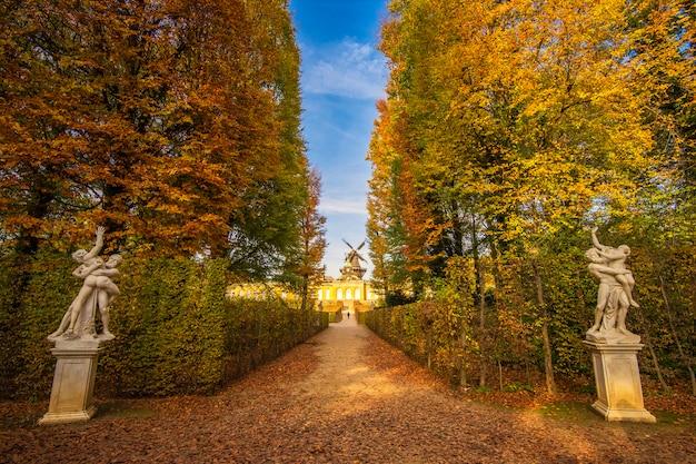 Palais de sanssouci à potsdam à l'automne, allemagne