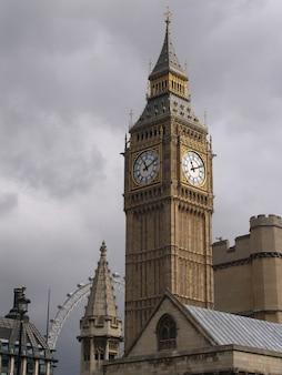 Palais de westminster avec la cloche de la tour appelée big ben, dans une journée ensoleillée.