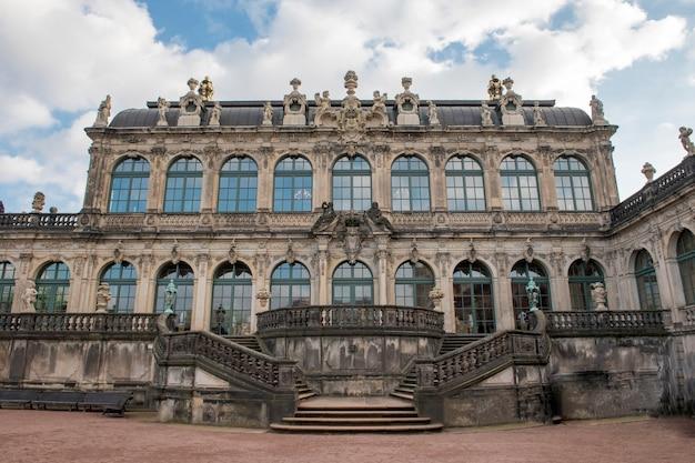 Le palais zwinger à dresde: belle architecture baroque