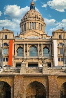Le palau national à barcelone, espagne jardins et personnes devant. ciel nuageux