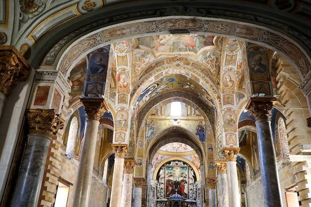 Palerme, italie - 5 juillet 2020 : église intérieure de santa maria dell'ammiraglio, palerme, italie