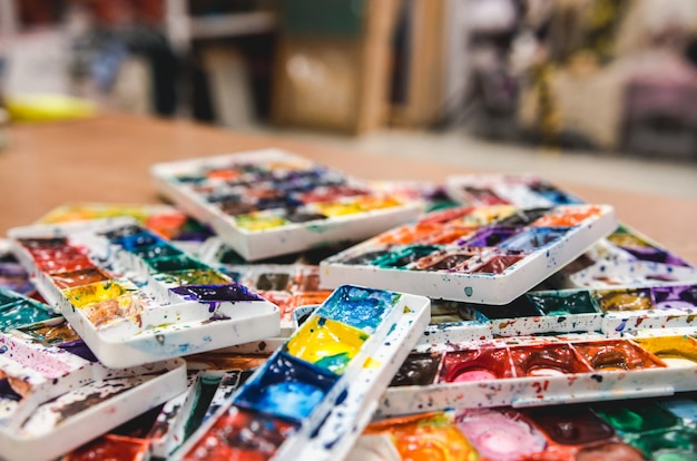 Palette aquarelle. image réaliste avec des taches