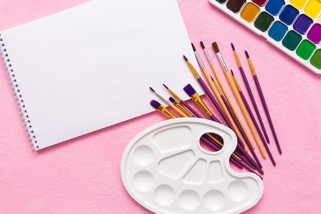 Palette d'aquarelle avec des pinceaux
