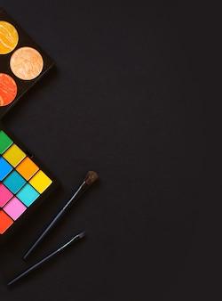 Une palette aux teintes vives et multicolores et une palette de surligneurs sur fond noir
