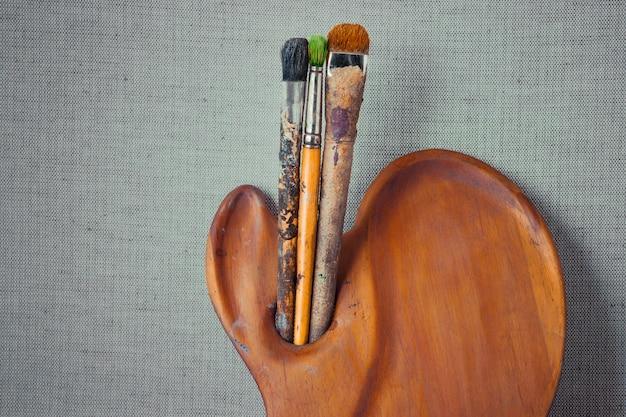 Palette en bois et artiste pinceau