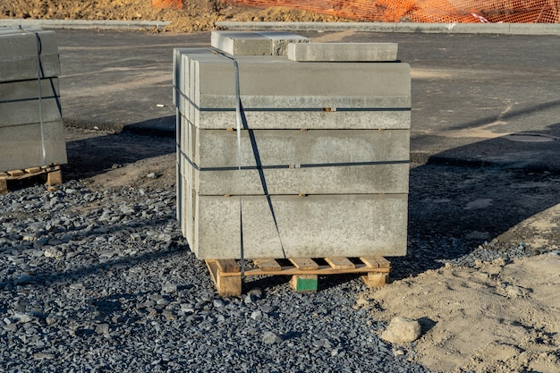 Palette avec bordures en béton pour la construction de trottoirs