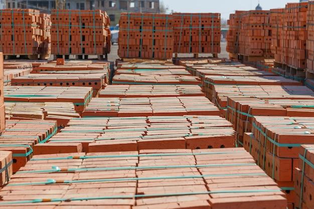 Palette de briques au chantier de construction se bouchent