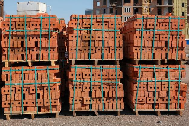 Palette de briques rouges au chantier de construction