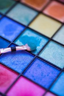 Palette colorée pour le maquillage avec un pinceau