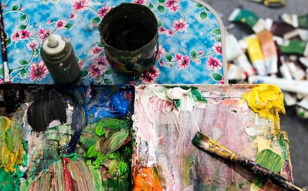 Palette de couleurs malpropre avec des pinceaux