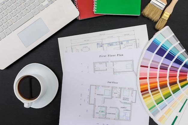 Palette de couleurs avec pan de maison et ordinateur portable sur fond noir