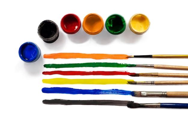 Palette couleurs et peintures isolées sur blanc