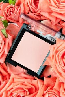 Palette de fard à joues rose sur fond floral.