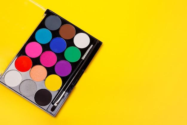 Palette de fards à paupières multicolores professionnels. ensemble de palette de maquillage. maquillage