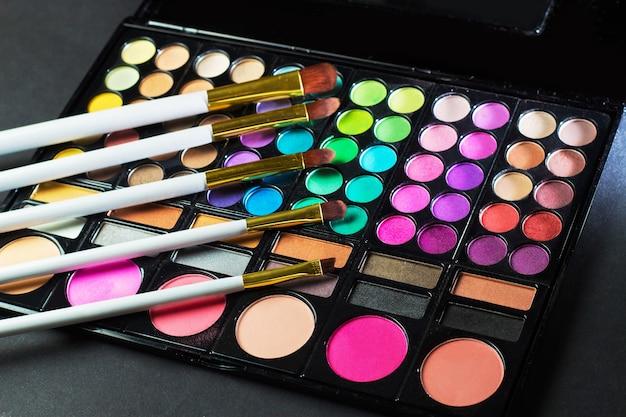 Palette de maquillage colorée avec pinceau de maquillage, filtre de couleur