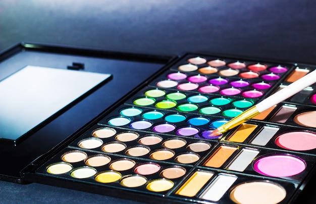 Palette de maquillage avec pinceau de maquillage, filtre de couleur