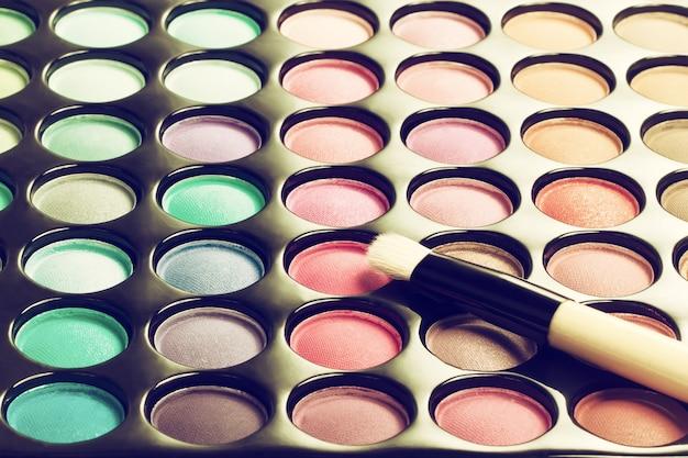 Palette de maquillage avec pinceau de maquillage. image filtrée