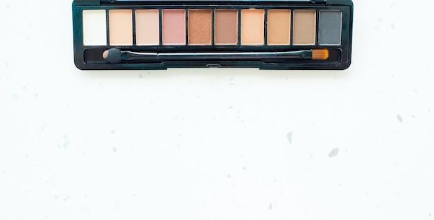 Palette de maquillage professionnel sur fond blanc. copier l'espace