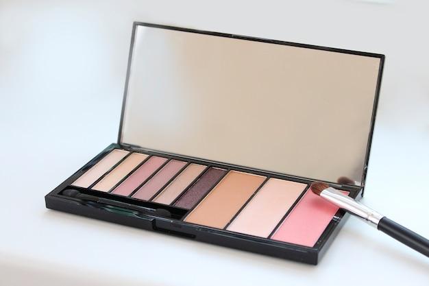 Palette d'ombres cosmétiques avec pinceau
