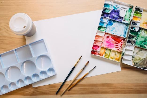 Palette de papier et de couleurs