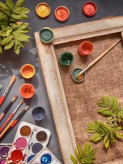 Palette de peintre au travail avec des couleurs et des pinceaux. palette de couleurs, désordre créatif, art.