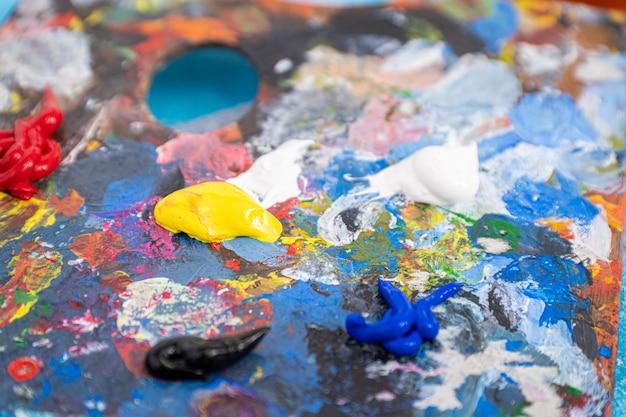 Palette de peintres teintée de nombreuses couleurs