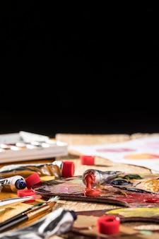 Palette de peinture à angle élevé avec peinture colorée et espace de copie