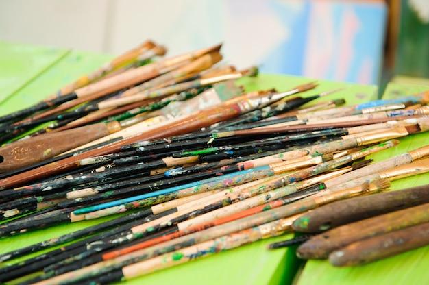 Palette de peinture usée, aquarelles, pinceau - cours d'art