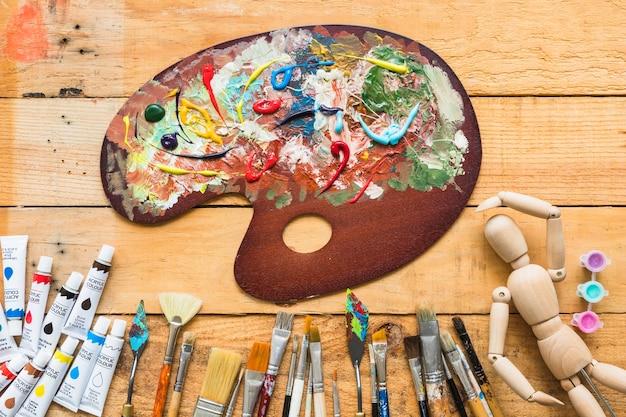 Palette de peinture vue de dessus avec éléments de peinture