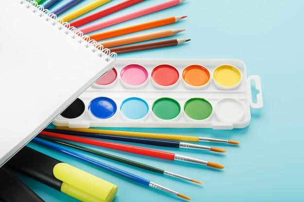 Palette de peintures avec pinceaux et marqueurs