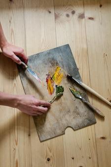 Palette de peintures et pinceaux