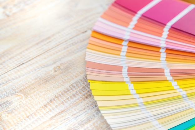Une palette de peintures pour la rénovation domiciliaire. mise au point sélective. couleur.