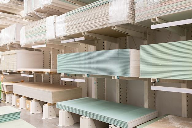 Palette avec plaques de plâtre en plaques de plâtre dans le magasin-entrepôt du bâtiment.