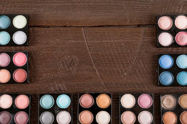 Palette de poudre d'ombre à paupières sur fond en bois