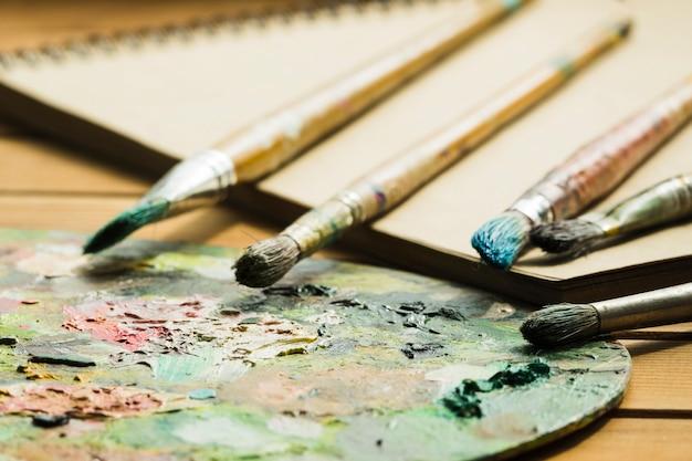 Palette sale et pinceaux