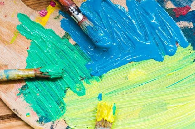 Palette de la vue de dessus avec un mélange de peinture