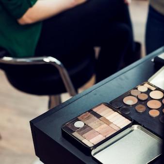 Palettes de cosmétiques sur la table