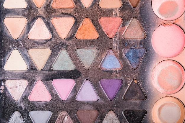 Palettes de maquillage triangulaires et circulaires avec différentes couleurs de poudre
