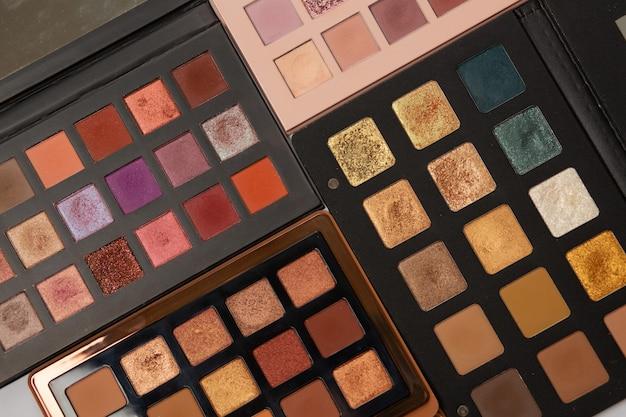 Palettes d'ombres à paupières multicolores aux nuances dorées, roses, brunes et bronze. photo en gros plan
