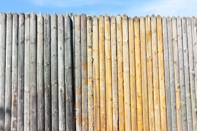 Palissade en bois composée d'un grand nombre de billes de pin aiguisées