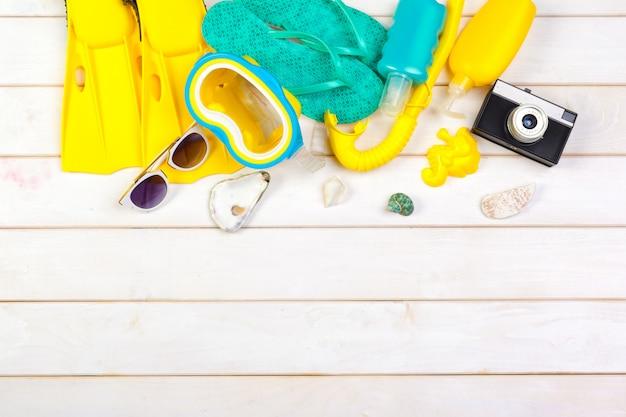 Palmes jaune vif et masque de plongée sur un fond vibrant