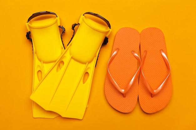 Palmes de natation jaunes sur couleur